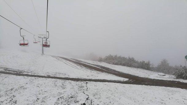 На гірськолижних курортах лежить сніг