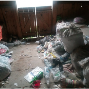 Зупинку в туристичному карпатському селі перетворили на смітник (ФОТОФАКТ)