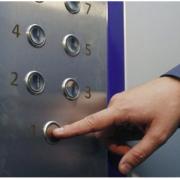 Дорослі та діти: у Франківську в ліфті застрягли люди