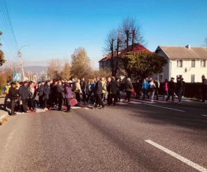 Виїзд з Надвірної перекрили – жителі села Красна вимагають ремонту дороги (ФОТО)