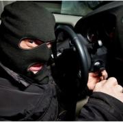 В Івано-Франківську невідомі викинули з позашляховика чоловіка і викрали автівку