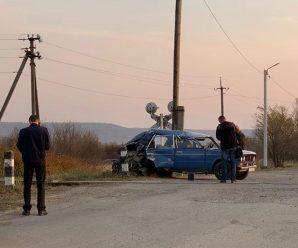 На Франківщині потяг протаранив ВАЗ. ФОТО