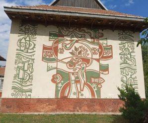 Скандальне сграфіто на фасаді «Карпатської казки» пропонують зрізати і передати в музей