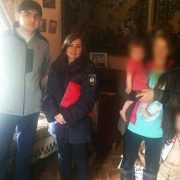 На Прикарпатті горе-матір занедбала семеро дітей
