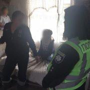 На Івано-Франківщині горе-матір тримає трьох дітей в неналежних умовах
