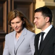 В елегантному блакитному костюмі: Олена і Володимир Зеленські прибули в Латвію (фото)