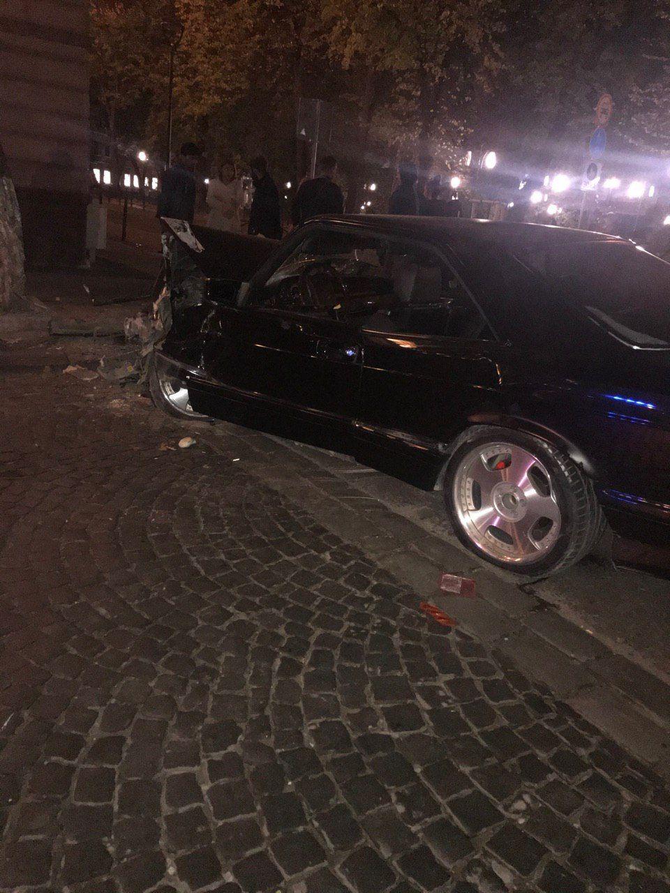 Вночі у центрі Франківська розбився Мерседес, є травмовані (ФОТО, ВІДЕО)