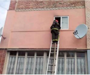 У Франківську рятувальники визволяли чоловіка з дитиною, які зачинилися у квартирі