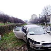 В Івано-Франківську водій Mitsubishi в'їхав в білборд (ФОТОФАКТ)