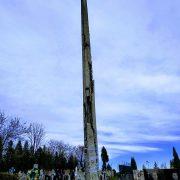 У Калуші на цвинтарі аварійний бетонний стовп перемотали скотчем. ФОТОФАКТ