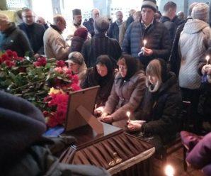 Прийшли сотні людей, плачуть над трунами: прощаються із молодими військовими, котрі загинули у Балаклії (фото)