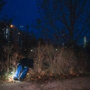 Без взуття та з SIM-карткою на обличчі: посеред вулиці знайшли мертвого молодого чоловіка (фото, відео)
