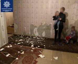 Голодні діти жили в квартирі серед черв'яків(ФОТО)