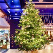 В Іспанії встановили найдорожчу в світі новорічну ялинку, прикрашену діамантами і духами