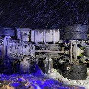 На Прикарпатті злетіла у кювет і перекинулася цистерна з газом (ФОТО)