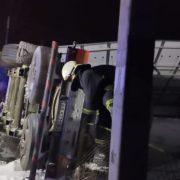 Щоб підняти 20-тонну цистерну з газом, яка перевернулася в ДТП, евакуюють людей