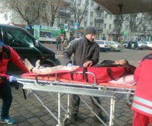 У Франківську муніципали з медиками рятували посеред вулиці чоловіка
