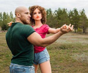 Бодібілдер-чемпіон з України проміняв жінок на ляльку і викликав агонію у феміністок