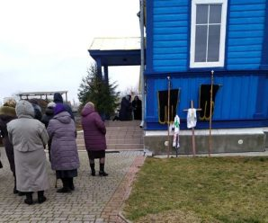 На Волині священник та прихильники УПЦ (МП) не пустили похоронну процесію у храм. ФОТО