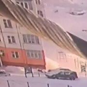 Жінка впала з дев'ятого поверху в замет, встала і пішла (відео)