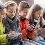 Гончаренко подав у Раду законопроєкт, яким планує заборонити у школах використання смартфонів на уроках