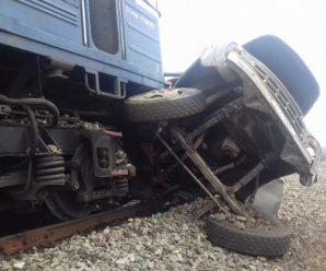 """""""Вантажівка влетіла під потяг"""": У страшній аварії загинув батько 16-ти дітей. Син був з ним у кабіні"""