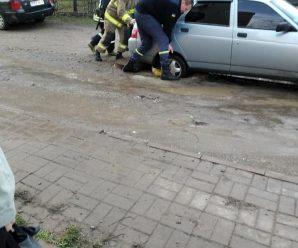 У Франківську автомобіль провалився в незакритий каналізаційний колектор (фото)