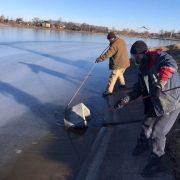 У Долині хулігани знову повикидали сміттєві урни в озеро