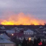 Поблизу Франківська масштабна пожежа сухої трави. Мешканців кличуть допомогти рятувальникам (ФОТО, ВІДЕО)