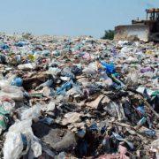 Сміттєва проблема: у дворах Івано-Франківська бракує місця для проїзду сміттєвозів (ВІДЕО)
