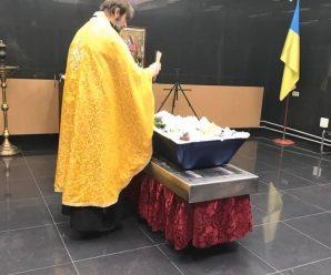 Мама не поцілує, на могилку ніхто не прийде: фото прощання з дитиною-сиротою зворушило мережу