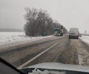 """""""Автомобілі вилітають з траси, все у снігу"""": на Франківщині через погоду стались НП (фото)"""
