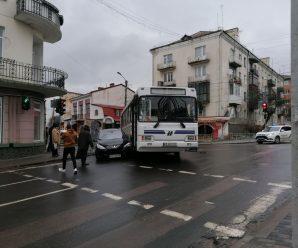 У Калуші на перехресті маршрутний автобус затиснув мінівен. ФОТО+ВІДЕО