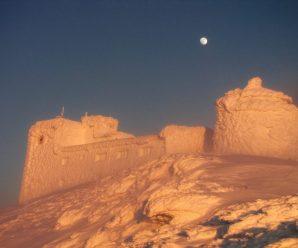 """Замерзлий """"слон"""": прикарпатець поділився вражаючими фото гірської обсерваторії  (ФОТО)"""