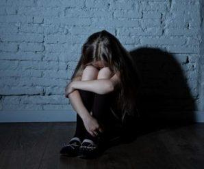 38-річний батько-одинак, розбещував своїх доньок-близнючок