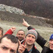 В мережі показали 8-ми метрову гору з сміття на березі Тиси в серці Карпат (ФОТО, ВІДЕО)
