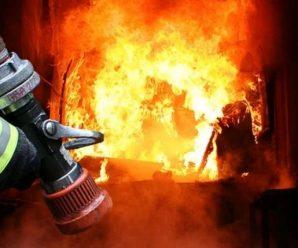 На Прикарпатті чоловік виніс бабусю на руках з палаючого будинку (ВІДЕО)