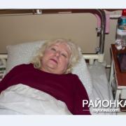 """У поїзді """"Укрзалізниці"""" на пенсіонерку впала полиця з 80-кілограмовим пасажиром: у жінки перелом хребта"""
