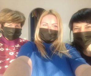 Працівники однієї з перукарень Франківська шиють і безкоштовно роздають захисні маски потребуючим (фото)