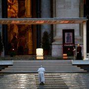 """""""Найтемніша година"""": Папа Римський виголосив великодню промову у пустій базиліці"""