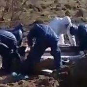 Родичі померлої породіллі самі закопували яму: представник міськради тільки фотографував. ВІДЕО 18+