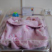 """""""Каліки не треба"""": жінка народила двійню і забрала додому лише одне немовля"""