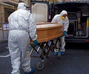 Без родичів, у спецодязі та з дезінфектором: у Калуші поховали людину, яка померла від COVID-19 (ВІДЕО)