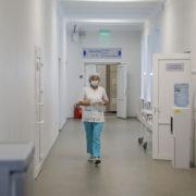 """У Франківську захворіли понад 400 медиків, лікарням """"бракує рук"""""""