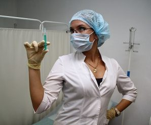 """""""Тепер ніхто не підходить, бояться"""": медсестра зшила собі маску у формі вагіни, шокуючі фото"""
