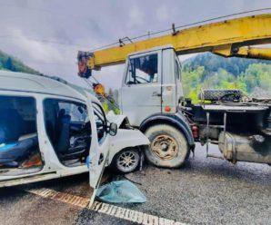 В Івано-Франківській області автомобіль зіткнувся з автокраном, постраждали двоє підлітків