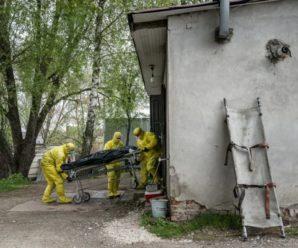 Світ облетіло шокуюче фото патологоанатома з Тернополя, що розтинає трупи у дворі (фото)