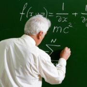 До 1 липня 2020 року директори франківських шкіл зобов'язані звільнити вчителів-пенсіонерів