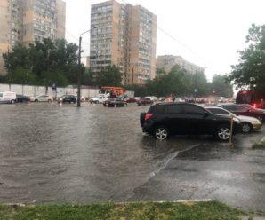 """На дорогах б'ють гейзери, авто затопило: південь України """"поплив"""" після дощів"""
