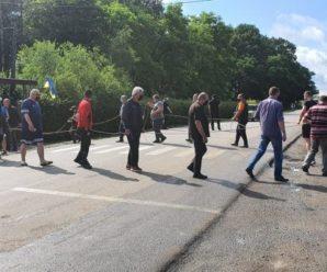 На Прикарпатті перекрили дорогу: вимагають ремонту (ВІДЕО)